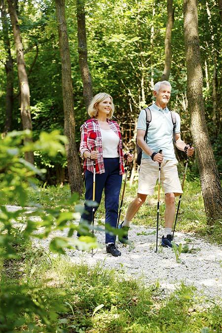 Älteres Paar geht spazieren - Prävention von Sprunggelenksarthrose