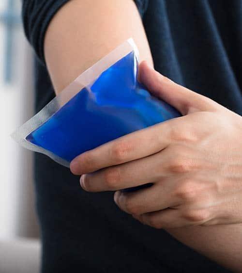 Kühlpack auf Arm nach Schmerzen - Tennisarm
