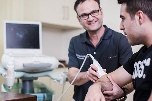 Dr. Baumgärtner bei Ultraschall des Armes