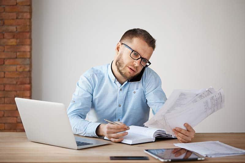 Fehlhaltung am Arbeitsplatz führt zu Nackenschmerzen