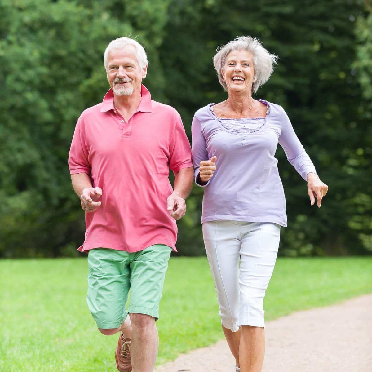 Älteres Paar am Joggen - Ursachen der Sprunggelenksarthrose