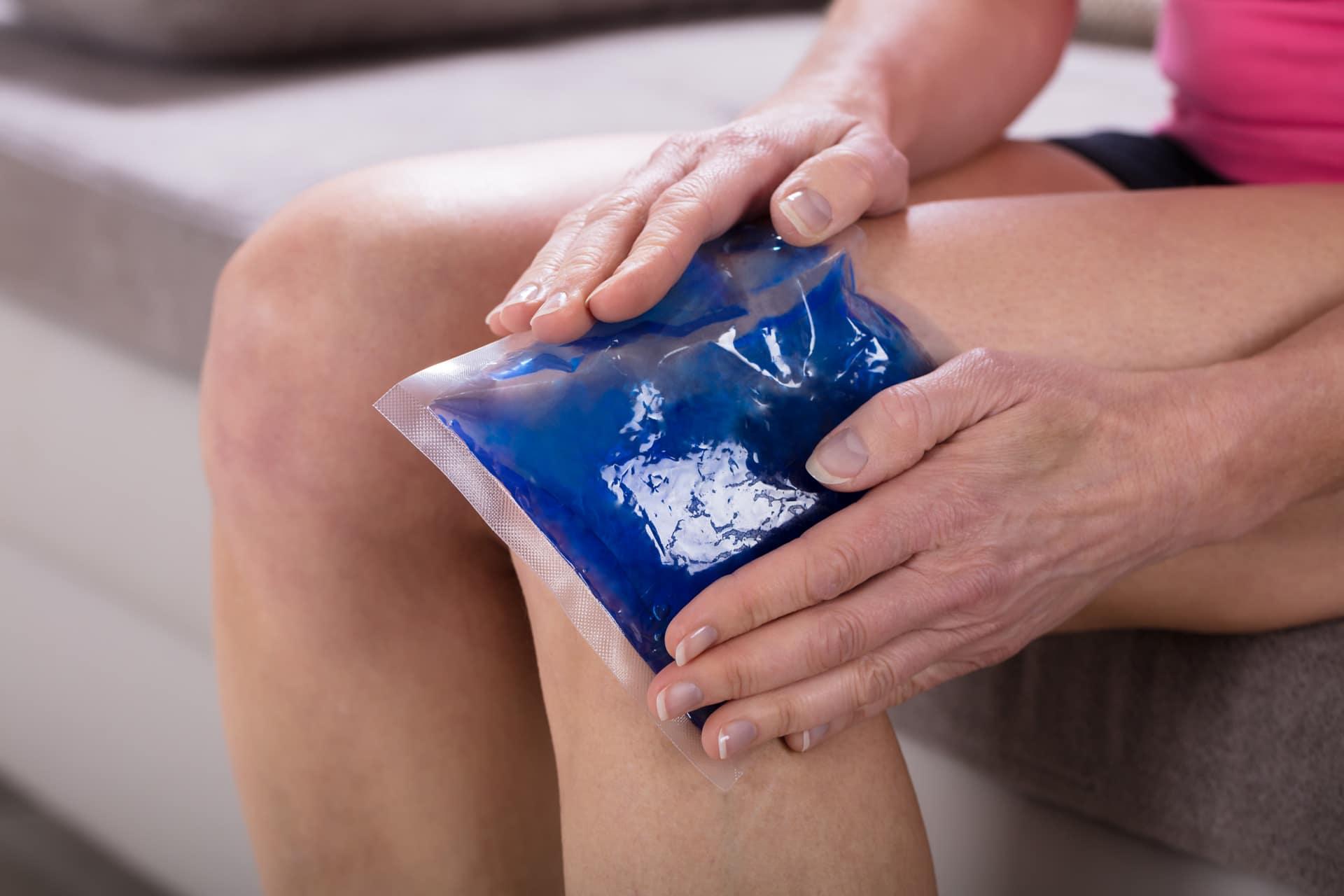Frau kühlt ihr Knie - Behandlung von Innenmeniskusriss