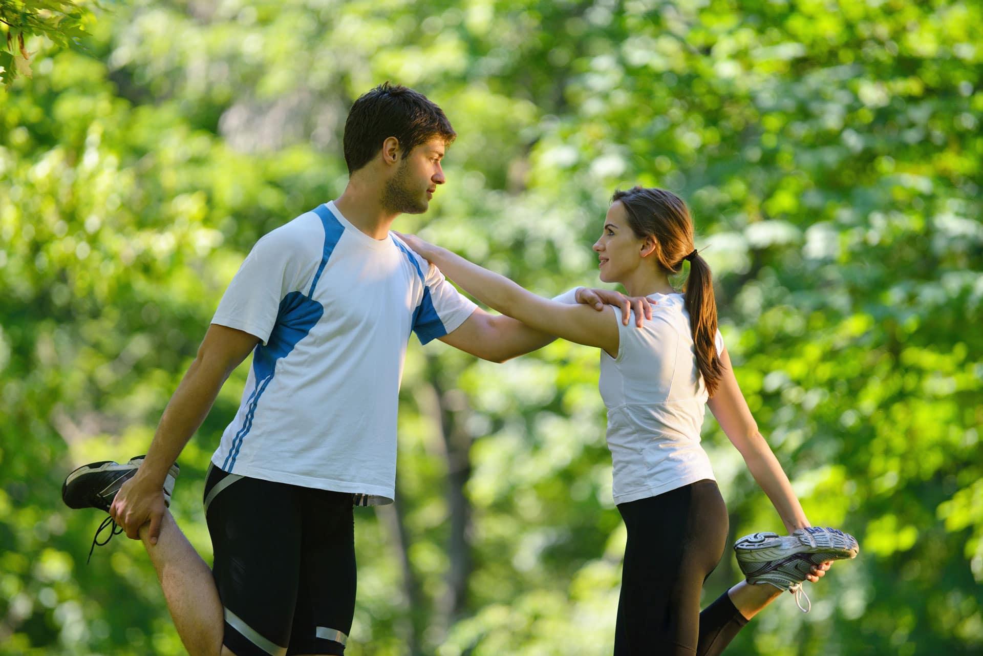 Paar dehnt sich - Innenmeniskusriss vorbeugen