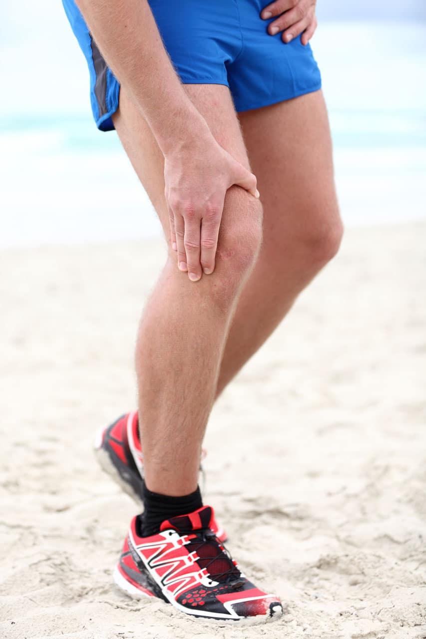 Mann mit Schmerzen am Kniegelenk - Symptome einer Knieathrose