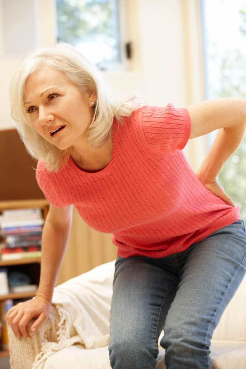 Frau mit Schmerzen an der Hüfte - Symptome einer Coxathrose