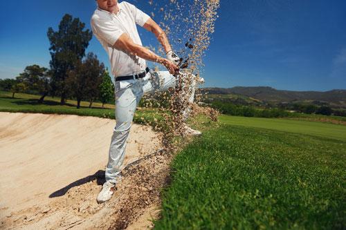 Handgelenkschmerzen nach Golf - Golfspieler auf Rasen