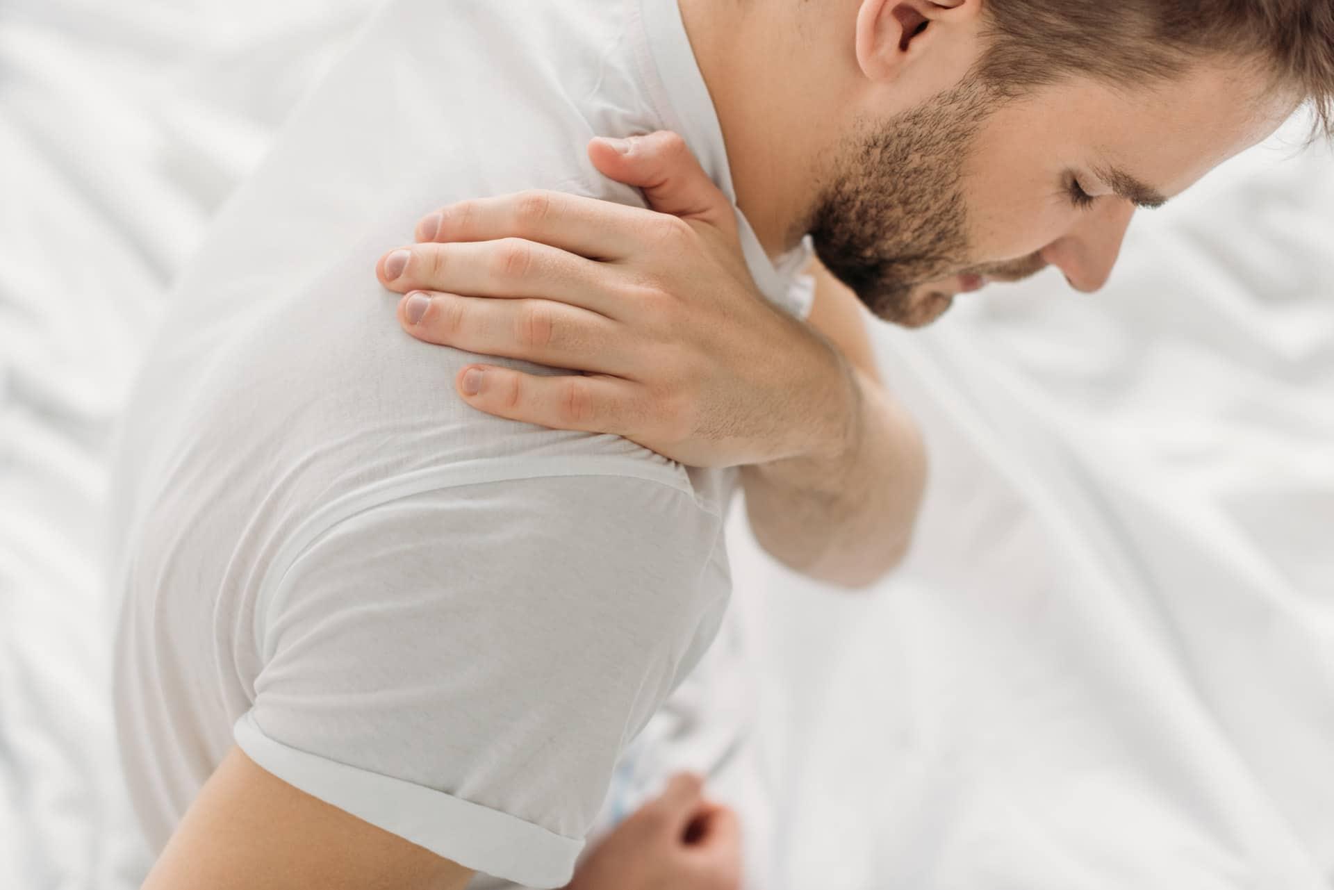 Mann mit Schmerzen an der Schulter - Symptome eines Impingement-Syndroms