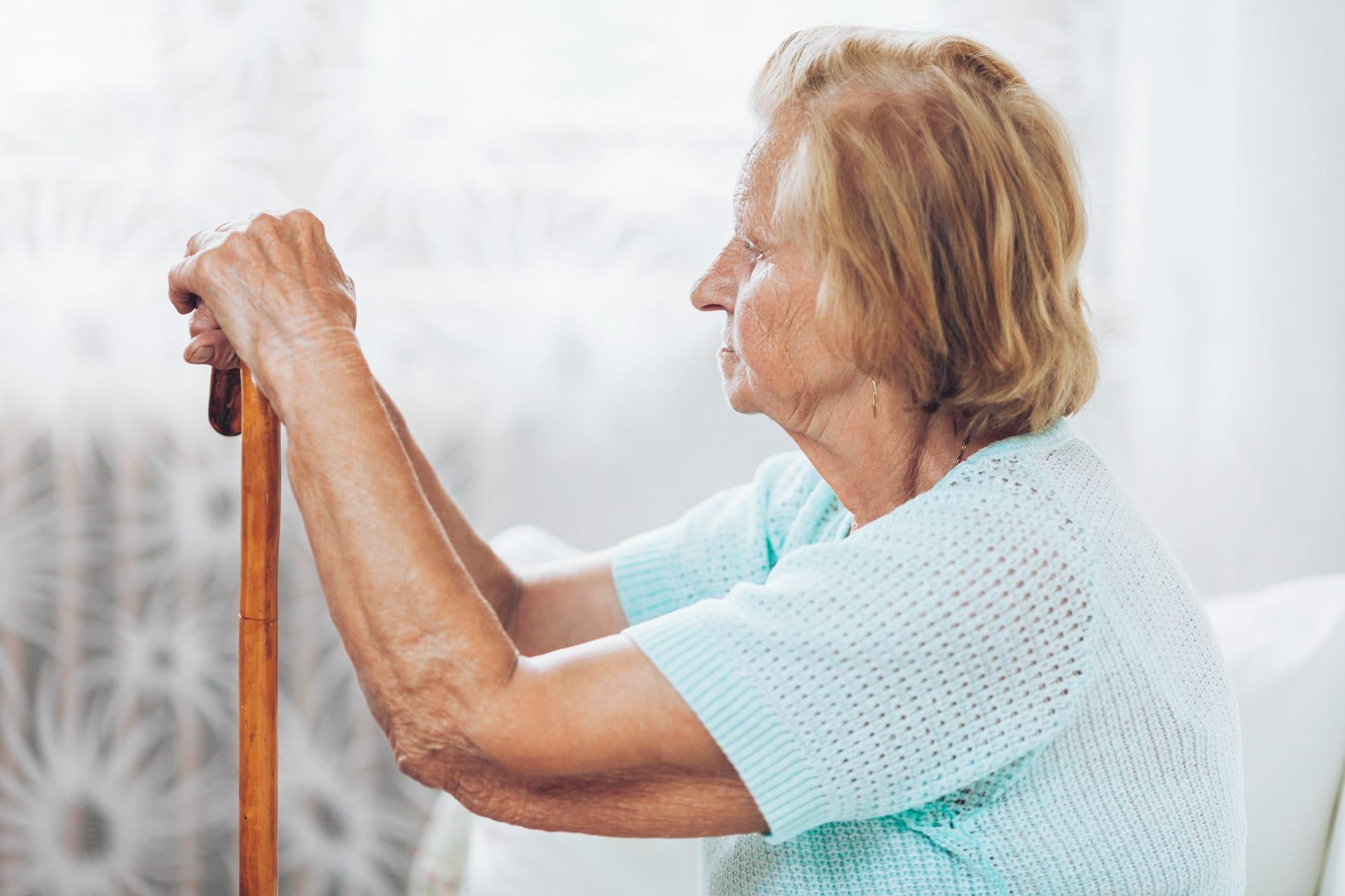 Ältere Frau – Risiko für Sehnenentzündung am Ellbogen